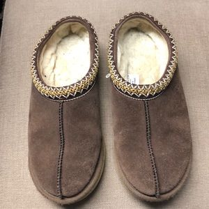 Good condition pre-owned ugg clogs size 8